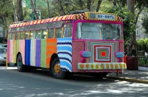 Вязаный-стрит-арт-автобус